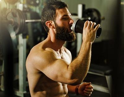 En man som dricker vassleprotein